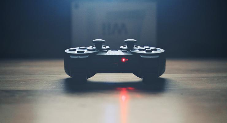 Playstation-Controller vor einer Wii